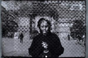 γυναίκα ντυμένη στα μαύρα