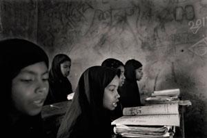 κοριτσάκια με μαύρες μαντήλες σε σχολείο