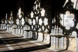 σκιά αψιδών σε τοίχο