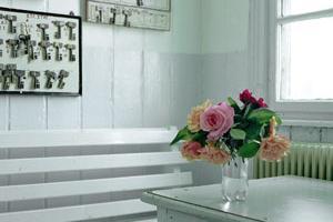 εσωτερικός χώρος,τραπέζι, λουλούδια