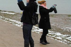 δύο γυναίκες φωτογραφίζουν προς αντίθετες κατευθύνσεις