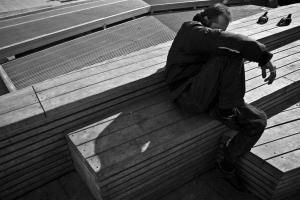 άντρας καθισμένος σε παγκάκι