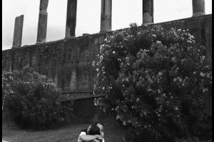 ζευγάρι αγκαλιάζεται, κίωνες