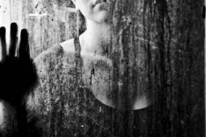 γυναίκα πίσω από παράθυρο