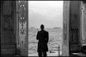 άνδρας στέκεται σε μια ανοιχτή πόρτα