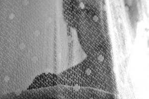 γυναίκα πίσω από διάφανη κουρτίνα