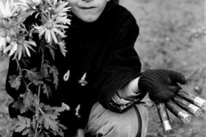 παιδάκι κρατάει λουλούδια