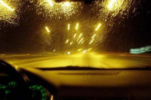 φωτισμένος δρόμος, φωτογραφία τραβηγμένη από αυτοκίνητο