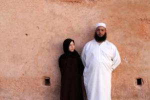 ζευγάρι, γυναίκα ντυμένη στα μαύρα, άντρας ντυμένος στα άσπρα