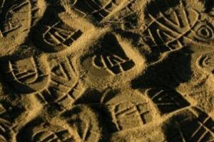 αποτυπώματα παπουτσιών στην άμμο