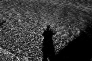 σκιά φωτογράφου στο έδαφος