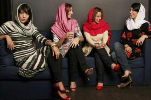 τέσσερις γυναίκες με μαντήλες μιλάνε