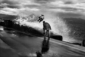 κύμα, άντρας με ποδήλατο, παιδί στον ουρανό στην άκρη δρόμου