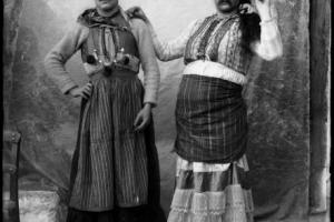 ασπρόμαυρη φωτογραφία, άντρες ντυμένοι με παραδοσιακές γυναικείες στολές