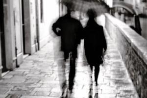 ασπρόμαυρη κουνημένη φωτογραφία, ζευγάρι περπατάει κάτω από ομπρέλα