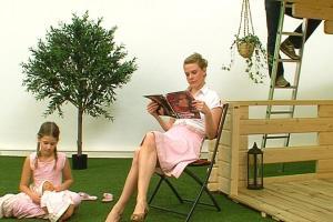 γυναίκα διαβάζει περιοδικό, άντρας σκαρφαλώνει στη σκεπή, κορίτσι παιζει με τη κουκλα της