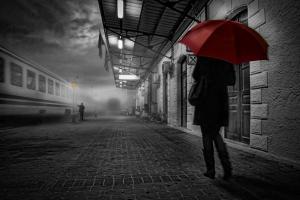 νυχτερινή φωτογραφία, γυναικα κρατάει κόκκινη ομπρέλα