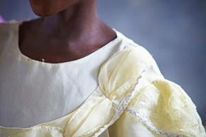 παιδάκι της Αφρικής ντυμένο στα άσπρα