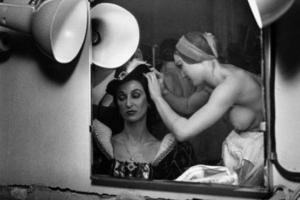 καθρέπτης, ημίγυμνη γυναίκα χτενίζει τα μαλλιά μιας άλλης γυναίκας