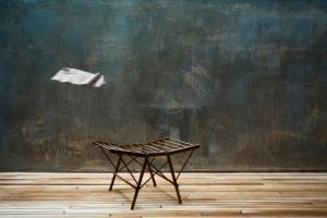 ξύλινο κάθισμα, λευκό χαρτί στον αέρα
