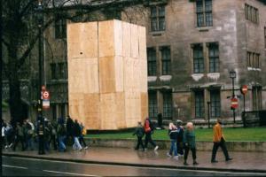 περαστικοί, μεγάλο ξύλινο κουτί
