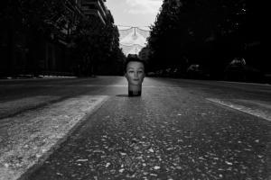 κεφάλι κούκλας στη μέση ενός δρόμου