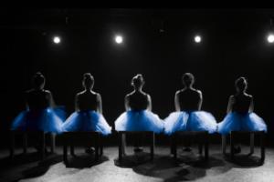 χορεύτριες καθισμένες σε καρέκλες πάνω στη σκηνή