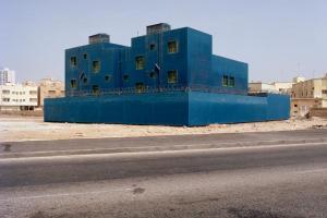 μπλε κτήριο δίπλα σε δημόσιο δρόμο