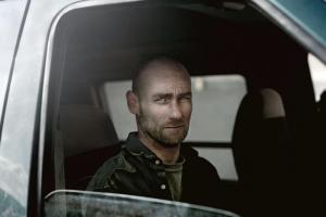 άντρας σε αυτοκίνητο