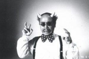 ασπρόμαυρο καρέ από ντοκιμαντέρ, άντρας με κέρατα και γυαλιά
