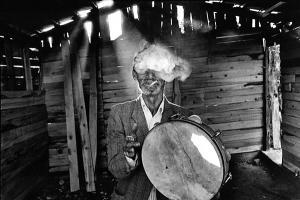 μ/α φωτογραφία, γέρος που καπνίζει και παίζει τύμπανο