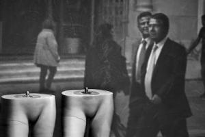 βιτρίνα, αντανάκλαση περαστικού με κοστούμι, ασπρόμαυρη φωτογραφία