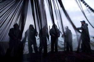 σιλουέτες ανδρών πίσω από δίχτυα