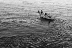 ασπρόμαυρη φωτογραφία μίας ψαρόβαρκας στη θάλασσα