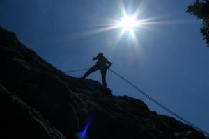 άνδρας ανεβαίνει ένα βουνό με ένα σχοινί