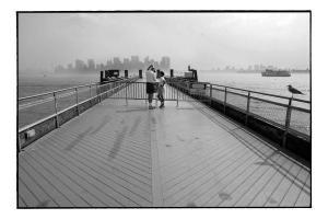 δύο άντρες συζητάνε πάνω σε μια γέφυρα