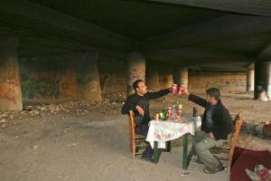 άντρες, στρωμένο τραπέζι κάτω από γέφυρα