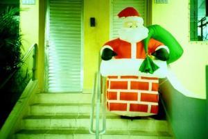 φουσκωτός Άγιος Βασίλης στα σκαλιά ενός σπιτιού