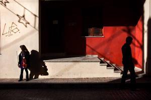 σκιές ανθρώπων, κόκκινος τοίχος
