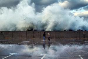 τεράστιο κύμα σε λιμάνι, 2 άντρες έτοιμοι να τρέξουν
