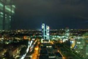 κίνηση σε δρόμο πόλης, νυχτερινή φωτογραφία, φώτα αυτοκινήτων