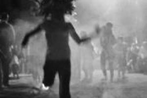 ασπρόμαυρη φωτογραφία, κορίτσι πηδάει πάνω από φλόγες