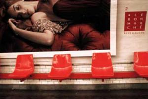 άδεια κόκκινα καθίσματα σε μετρό