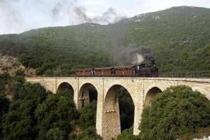 τρένο πάνω σε γέφυρα