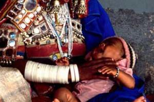μητέρα με παιδί που κλαίει στην αγκαλιά της