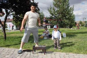 οικογενειακή φωτογραφία, πατέρας, μητέρα και παιδί σε πικ-νικ