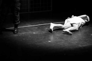 σκηνή παράσταση, γυναίκα στο πάτωμα, πόδι άνδρα