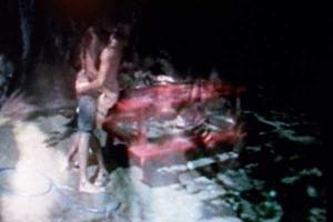 κουνημένη φωτογραφία, ζευγάρι αγκαλιασμένο σε ενα παγκάκι