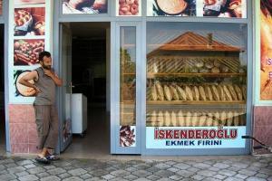 Άνδρας έξω από φούρνο στη Μ.Ασία