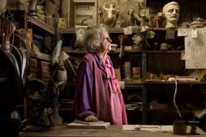 πορτραίτο ηλικιωμένης γυναίκας σε ένα παλιό κατάστημα